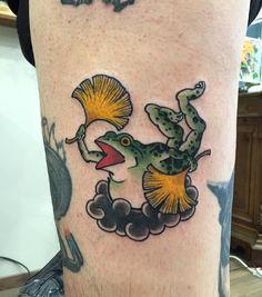 """781 次赞、 14 条评论 - Korea-Busan[부산입니다] (@baki_orient) 在 Instagram 发布:""""Today's work! No filter Flying Frog for my good friend @valeriosst Grazie Mille Valerio 날으는 개구리…"""" Frog Tattoos, Body Art Tattoos, Small Tattoos, Tattoos For Guys, Tattoo Arm, Hand Tattoos, Tatuajes Irezumi, Irezumi Tattoos, Traditional Tattoo Art"""