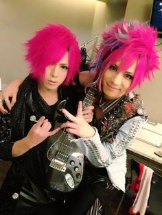 Kei (Diaura) with Jun (Gotcharocka) and their lovely bright pink hair. :p