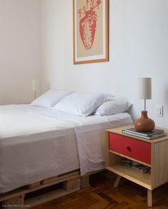 Quarto com soluções simples e baratas.  Veja mais em www.historiasdecasa.com.br #todacasatemumahistoria #bedroom #pallet