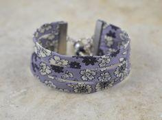 Bracelet manchette en liberty violet et ses breloques