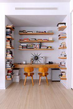 Las repisas de la oficina fueron hechas a la medida y combinan a la perfección con las sillas Eames.   Galería de fotos 10 de 11   AD MX