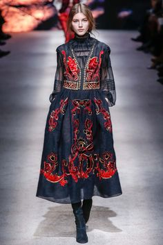 Alberta Ferretti Fall 2015 Ready-to-Wear Fashion Show: reminds me of one of YSL great shows with spanish folklore theme Runway Fashion, High Fashion, Fashion Show, Fashion Trends, Milan Fashion, Zar Nikolaus Ii, Style Russe, Style Haute Couture, Vogue