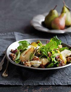 Ljuvlig sallad där smaken av söta päron gifter sig med salt getost och krispiga nötter. Foto Anna Kern. Ur Lantliv mat&vin nr5, 2013. http://www.lantliv.com/mat-vin/sallad-med-paron-getost-notter/