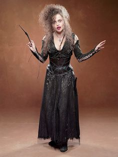 Helena Bonham Carter - Bellatrix Lestrange _ Harry Potter_Filme - Is there anything more quintessentially Halloween-y than witches? They are an icon of the holiday and I've always loved them. Bellatrix Lestrange Kostüm, Belatrix Lestrange, Harry Potter Cosplay, Harry Potter Cast, Harry Potter Characters, Harry Potter Family Costume, Family Costumes, Hallowen Costume, Performing Arts
