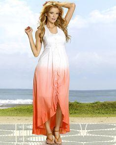 """Os vestidos longos com fendas são uma das apostas da Vooz Fashion para a moda feminina do verão 2013. O modelo possui babados e tingimento dip dye, uma tendência   """"Hippie chique"""" que promete fazer sucesso entre as mais descoladas!"""