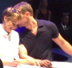 The Divergent Life: Fan Pictures & Videos: Shailene Woodley & Theo James San Diego Comic Con 2014 DIVERGENT Signing