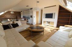 Obývací prostor je kompaktní a sladěný. Sedací souprava Ton vyšla na 168 tisíc korun, ostatní nábytek byl zhotoven na míru firmou IRE. Svítidla jsou křišťálová od Uni Light a vyšla na asi 96 tisíc korun - ProŽeny.cz