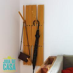 Cabideiro retrátil com cabos de vassouras. Piano coat rack inspired.