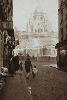 Montmartre en 1920 - Germaine Krull http://www.tourisme.fr/1817/office-de-tourisme-paris.htm