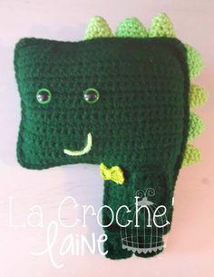 Demande Spéciale ; Dinosaure tout vert pour mon presque 3 ans :) Type; Peluche/Coussin décoratif Style; Monsieur Dinosaure Accessoire; Noeud papillon *Possibilité de varier les couleurs & d'ajouter une modifier l'accessoire.*