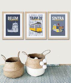 3 affiches qui donnent envie de voyager sous le soleil de Lisbonne. Ces affiches proposent des éléments caractéristiques de cette belle ville et samusent avec les motifs des azulejos très tendances ! Ces 3 affiches habillent les murs dun salon, dune salle à manger ou dune chambre. Idée