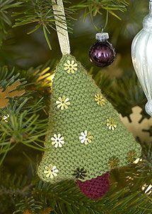 Per il prossimo Natale continuiamo a proporre decorazioni natalizie molto carine da realizzare con le proprie mani. Dopo il Babbo Natale ecco l'Albero in lana molto originale e facile da realizzare
