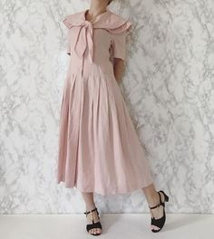 now available / fall-winter 2016: crepe pink 1920s inspired vintage 90s linen dress with pleats and sailor collar / s / m #minminvintageshop #1920s #20s #flapperdress #linendress #vintage #vintagedress #vintagefashion
