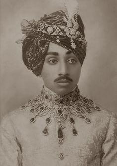 Maharaja Umaid Singh de Jodhpur , 1860 Doesn't he look like the pop star Prince? Royal Jewelry, Indian Jewelry, Turbans, Indian Prince, Royal Indian, Vintage India, Jodhpur, Crown Jewels, Indian Fashion