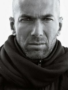 Mango man presents Zinedine Zidane as its new face. Zidane is wearing a suit a black trench coat and white relaxed knitwear. Zidane football for France Zinedine Zidane, Rafael Nadal, Black And White People, Going Bald, Dark Men, Fc Chelsea, European Soccer, Football Boys, College Football