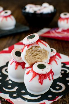 Peanut Butter Zombie Eyeballs - easy no bake peanut butter balls get a spooky makeover. Great recipe for Halloween parties! Peanut Butter Zombie Eyeballs - easy no bake peanut butter balls get a spooky makeover. Great recipe for Halloween parties! Halloween Desserts, Hallowen Food, Halloween Torte, Halloween Backen, Halloween Eyeballs, Hallowen Costume, Halloween Ball, Halloween Goodies, Halloween Food For Party