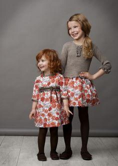 Dit jurkje (rechts op de foto) is afgewerkt in een zeer fijne stof. De rok met weelderige rozenpatroon maakt het geheel zeer speels. Een echte must have voor de garderobe van uw kindje.