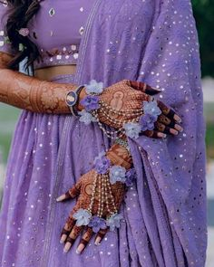 Hand made Beautiful floral jewellery full set for mehandi/haldi n any many more special occasions 😍 Can be customize in any color. We take bulk order for bridemaids as well . Indian Bridal Outfits, Indian Bridal Wear, Indian Fashion Dresses, Indian Designer Outfits, Bridal Dresses, Indian Wear, Henna Tattos, Flower Jewellery For Mehndi, Flower Jewelry