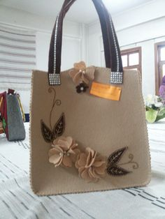 Keçeden yapılan çanta Leather Craft, Leather Bag, Metallic Look, Paper Purse, Sweet Bags, Flower Bag, Felt Baby, Diy Purse, Bag Patterns To Sew