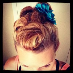 Pinup hair Pin Up Hair, Hair Pins, Roller Derby, Pin Up Style, Alter Ego, Pinup, Rockabilly, Photoshoot, Lady