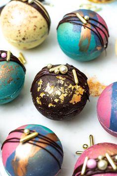 Heisse Schokolade Bomben mit Kakao und Mini Marshmallows Gefüllt. Ein   klasse Geschenk aus der Küche! || Hot Chocolate Bombs filled with cocoa   and mini marshmallows. The perfet food gift