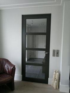 stalen deurkozijn en deur