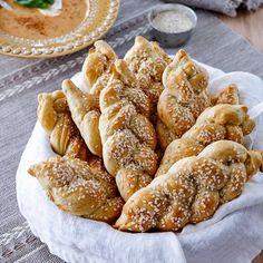 Ett gott bröd förgyller varje middag – till vardag som till fest. Här är ett recept på klassiska rosenbröd utbakade på nytt sätt.