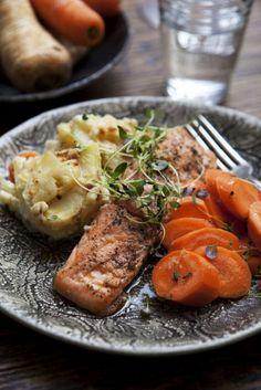 Laxfiléer och rotsakgratäng bakas samtidigt i ugn och matchas med krispiga marinerade morötter.