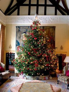 Top 35 Christmas Decorations UK People Will Love – Christmas Celebration – All about Christmas – Deco Noel English Christmas, Noel Christmas, All Things Christmas, Winter Christmas, Christmas Crafts, Red And Gold Christmas Tree, Traditional Christmas Tree, Christmas Tables, Scandinavian Christmas