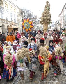 Christmas in Lviv: carrying Christmas stars and diduchs to announce the good…