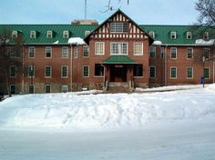 Fort San Sanitarium, Fort Qu'Appelle, Saskatchewan -opened in closed in Noted as one of the most haunted places in Canada. Haunted Asylums, Abandoned Asylums, Abandoned Buildings, Abandoned Places, Most Haunted Places, Scary Places, Abandoned Hospital, Western Canada, Wonderful Places