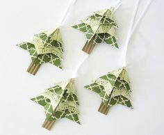 Deze schattige kleine origami bomen maken ongebruikelijke gift tags of boom decoraties. Gebruik ze als ornamenten voor uw boom of als decoratie voor kaarten of cadeaus. Deze set van 4 origami bomen zijn vervaardigd uit een papieren te coördineren, en elk heeft een kleine lus met een ivoor lint voor opknoping. Kerstbomen meten 3 breed door ongeveer 3 hoge...  Bezoek HolidayImaginations.etsy.com om te zien meer sieraden, tags en decor. Bezoek mijn andere handgemaakte winkels –…
