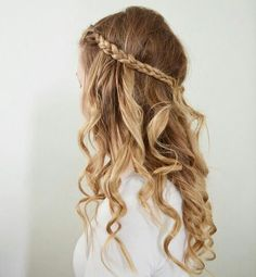 Beachy waves and braids, a trendy festival hairstyle!