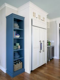 pop of color in the kitchen:love that blue shelf!