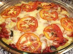 Receita de Macarrão sabor pizza. - 250g de massa curta ( penne, fusili ) cozida aldente, 250 g de mussarela ralada grossa, 3 xícaras de lingüiça calabresinha cortada em rodelinhas finas, 1 lata de molho de tomate, 1 tomate em rodelas finas, Orégano, 1 colher de sopa de azeite de oliva, 10 folhas de manjericão fresco