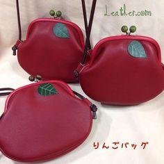 追加です!!りんごちゃん。 まだ青い?緑の木玉も出来ました。 そして赤い口金も在庫切れしてしまい本当に今年最後のりんごバッグです。明日、4プラ7階催事場「雑貨ショップボヌール3」で並べてます。 #りんごバッグ#がま口#がま口バッグ #frameclutch #handmade #がま口ショルダー #りんご #りんごちゃん #革 #ショルダーバッグ#Apple