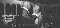 Noiva raspa a cabeça durante a festa de casamento para o homenagear noivo - eNoivado