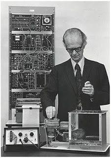 """Skinner y la máquina de aprender. Entrada """"Sistemas de individualización de la enseñanza mediante grupos heterogéneos"""" (5-12-2014), en el blog """"Individuo-Sociedad-Cultura-Espacio"""". Enlace: http://cienciashumanasysociales.blogspot.com.es/2014/12/sistemas-de-individualizacion-de-la.html"""