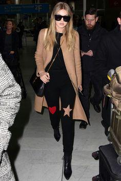 Джиджи Хадид с сумкой Saint Laurent в Париже