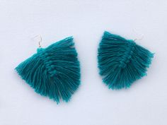 This video tutorial teaches you how to make quick and easy macrame feather earrings. Macrame Earrings, Feather Earrings, Diy Earrings, Bespoke, Make It Yourself, How To Make, Accessories, Earrings Crafts, Bespoke Tailoring