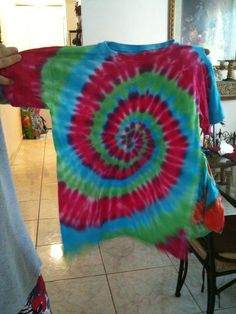 Tye Die T Shirts!  •  Free tutorial with pictures on how to dye a tie dye t-shirt in under 50 minutes