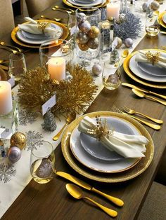 Christmas decor Elegant, modern table settings ideas for any occasion! Xmas Table Decorations, Balloon Decorations Party, Barrel Table, Crate And Barrel, Table Setting Inspiration, Christmas Table Settings, Dining Table Design, Dinner Table, Flatware Set