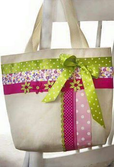 No Sew - RibbonTote - very cute bag .maybe to carry library book. Ribbon Crafts, Fabric Crafts, Sewing Crafts, Sewing Projects, Patchwork Bags, Quilted Bag, Jute Bags, Craft Bags, Purse Patterns