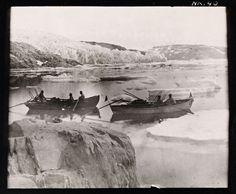 Ekspedisjonsmedlemmene i båter på vei nordover langs østkysten [speilvendt]  Beskrivelse / Description: Her er de fotografert sør for stedet de kalte «Ørneredet».  Dato / Date: 1. august 1888 Sted / Place: Grønland, Mligissat Fotograf / Photographer: Fridtjof Nansen (1861-1930)