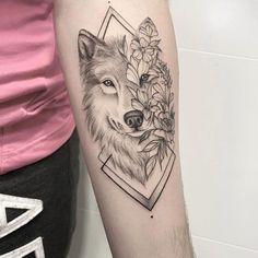 """2,536 curtidas, 21 comentários - TATUAGENS (@tatueei_) no Instagram: """"Sigam @tatueei_ . #riodejaneiro #errejota #boatardee #tattoorio #tattoohomenagem #tatuagemfeminina…"""" Wolf Tattoos For Women, Sleeve Tattoos For Women, Female Tattoos, Wolf Tattoo Design, Tattoo Designs, Body Art Tattoos, Hand Tattoos, Lion Forearm Tattoos, Tatoos"""