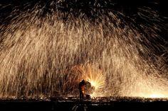 Un uomo butta del ferro fuso su un muro per creare delle scintille che anticipano la tradizionale festa delle lanterne a Nuanquan, nella provincia cinese di Hebei. La festa segna la fine delle celebrazioni per il capodanno. - Wu Hong, Epa/Ansa