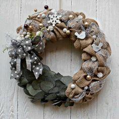 Vánoční+věnec+Eucalyptus+voňavý+Voňavý+vánoční+věnec+na+dveře+nebo+do+interiéru+v+moderním+stylu+z+juty+a+sušeného+barveného+eucalyptu+-+díky+tomu+krásně+voní,+věnec+je+ozdobený+dřevěnými+ptáčky,+vločkou+a+textilními+ komponenty.+Použité+barvy:+ béžová+natural,+šedá,+stříbrná,+mocca,+bílá+Rozměry:+38+cm+Materiál:+juta,+ozdobné+komponenty