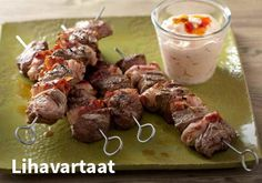 Lihavartaat, Resepti: Valio #kauppahalli24 #resepti #vartaat #ruokaanetistä #valio Skewers, Kebabs, Sausage, Beef, Recipes, Food, Drinks, Meat, Drinking