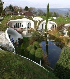 Earth House projects from Erdhaus, swiss architect and team. Compared to traditional residential houses built on the ground, the aim of building an earth house is another: Not to live under or in the ground, but with it Earthship, Green Building, Building A House, Building Design, Casa Dos Hobbits, Amazing Architecture, Architecture Design, Green Architecture, Earth Sheltered Homes