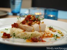 Cod with chorizo salsa, asparagus and cauliflower puree. I replaced the chorizo with bacon and the asparagus with carrots, still delicious! Seafood Recipes, Dinner Recipes, Cooking Recipes, Dinner Ideas, Cauliflower Puree, Date Dinner, Fish Dishes, Everyday Food, Fish And Seafood
